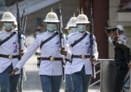 [서소문사진관] 믿을 건 마스크 뿐, 코로나 바이러스 공포에 떠는 세계