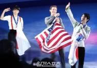 [포토]하뉴 유즈루, 국기 들고 환한 미소