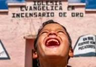 배다른 남동생 보살피던 페루의 안데스 고산지대 소녀