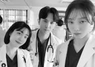 소주연X윤나무X이성경, 돌담 의사 3인방의 '김사부2' 인증샷