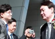 취임 후 첫 부산지검 찾은 윤석열···시민 400명 몰려 환호했다