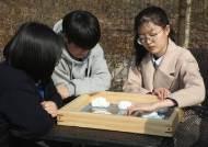 시각장애 졸업생에게 사진 대신 '만지는 앨범' 선물한 학교