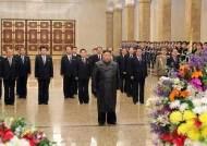 김정은, 코로나 잠적 22일만에···'김정일 생일' 금수산 참배