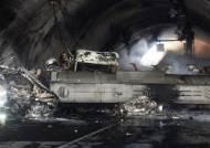 질산 2만L 탱크로리 전도, 30여대 연쇄추돌···터널 아비규환