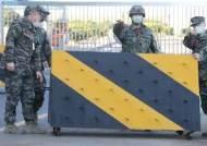 하룻새 육·해·공군 다 뚫렸다···감염 우려에 휴가·외출 등 통제