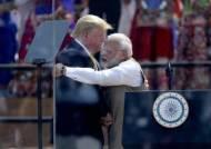 코로나 위기인데···트럼프 오자 마스크 없이 10만명 모인 인도