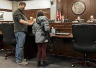 美 11살 소녀, 공격용 소총 장전한채 총기법 공청회 참석한 이유