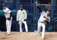 [포토]이형범 이영하, 정재훈 코치 앞에서 컨디션점검