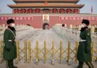 중국의 보복, NYT 등 美언론사 3곳 기자 추방···언론전쟁 돌입