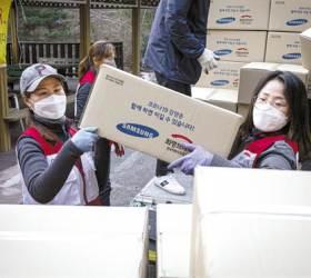 [<!HS>시선집중<!HE>(<!HS>施善集中<!HE>)] 국민성금 900억 돌파, 위험 무릅쓴 자원봉사 … '한국식 연대' 빛났다