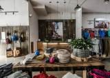 옥수수 옷걸이·화장품 병으로 만든 벽…매장도 친환경으로 만든다