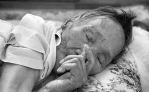치매 할머니는 인형 죄다 꿰맸다···손자 카메라가 알려준 사연