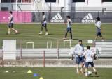 유럽축구 살기 위해 5월 재개 수순