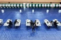 [서소문사진관] 군 부대, 탁구장, 기차역에 설치된 사전투표소…코로나19 방역도 꼼꼼히