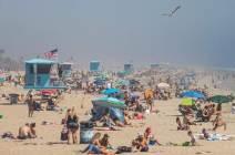 [서소문사진관]미 캘리포니아에 40도 폭염, 수만 명 해변으로 몰려