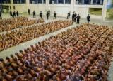 [서소문사진관]<!HS>엘살바도르<!HE>, 교도소 봉쇄하고 마스크 쓴 수감자들 한군데 모아 감시