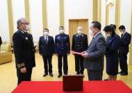 마스크 쓴 이선권, 러시아 정부가 준 김정은 기념메달 대리 수여