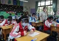 떨어져 혼밥, 웃음 실종···'코로나 룰' 점령한 해외 학교 보니