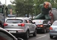 車위엔 무릎꿇은 전두환 조형물…5·18 '드라이브 스루' 집회