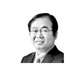 """[이하경 칼럼] """"기후악당 두목"""" 불명예 씻어야 할 <!HS>문재인<!HE> 대통령"""