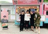 방탄소년단 슈가, 제이홉 커피차 응원 인증샷 with 정국X진