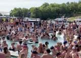 [서소문사진관] 코로나19 잊은 미국 현충일 연휴 인파, 수영장 파티 즐기는 젊은이들