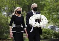 두달 만에 집밖 나온 바이든 부부, 트럼프 보란듯 마스크 썼다