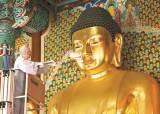 [한 컷] 법요식 앞두고 세수하는 부처님