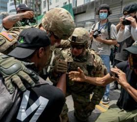 [<!HS>서소문사진관<!HE>] 주 방위군도 경찰도 함께 무릎 꿇고 시위대와 연대<!HS>,<!HE> 미 '흑인 사망' 시위 현장의 따뜻한 장면들
