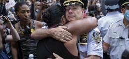 母 떠올리며 시위대 안았다 총 대신 '감동' 쥔 美 경찰