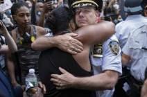 어머니 떠올리며 시위대 안았다…총 대신 '감동' 쥔 美 경찰