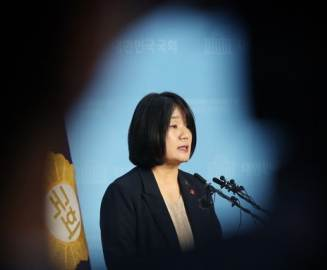 """[단독]""""시누이 집 판 돈, 제 계좌에···"""" 의혹 키운 윤미향 해명"""