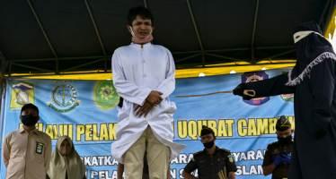 혼전 성관계했다가 공개 회초리 맞은 인도네시아 연인