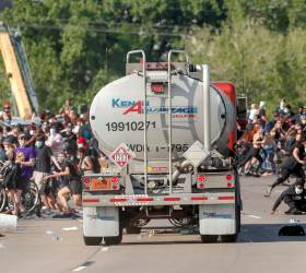 [<!HS>서소문사진관<!HE>] 대형 유조트럭<!HS>,<!HE> 미니애폴리스 시위대 향해 돌진한 아찔한 순간...시민들 혼비백산
