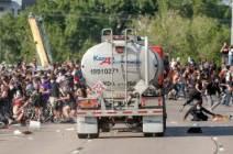 [서소문사진관] 대형 유조트럭, 미니애폴리스 시위대 향해 돌진한 아찔한 순간...시민들 혼비백산