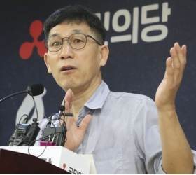 """여권과 '1대多'로 싸우는 진중권 """"결사보위 태세로 덤벼든다"""""""