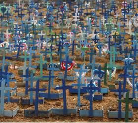[<!HS>서소문사진관<!HE>] 공동묘지 십자가 빈틈이 없다...코로나19 사망자 4만 명 넘은 브라질