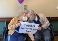 [영상]휠체어 탄 채 울었다, 코로나도 못막은 90세 노부부 사랑