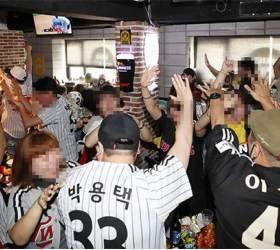 [김식의 야구노트] 경기장 밖 '3밀 응원' vs 경기장 안 '거리두기'