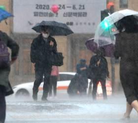 장마라더니 <!HS>태풍<!HE> 수준? 밤사이 전국 폭우, 중부엔 돌풍·번개