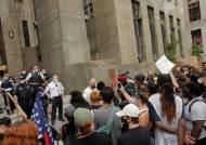 """뉴욕시장, 결국 경찰 예산 10억달러 삭감...""""총기사고 느는데"""" 반발도"""