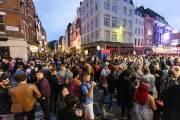 인파로 가득 찬 토요일 런던 거리…마스크는 보이지 않았다