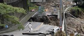 [<!HS>서소문사진관<!HE>] 사라진 다리<!HS>,<!HE> 무너진 도로… 日 폭우로 60명 사상
