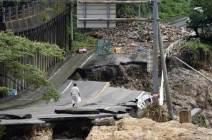 [서소문사진관] 사라진 다리, 무너진 도로… 日 폭우로 60명 사상