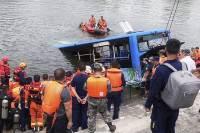 中 대입수험생 태운 버스 저수지 추락···21명 사망, 17명 부상