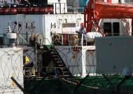"""선원들은 왜 들고 일어났나…""""배에서 내리면 코로나 격리하라""""에 반발"""