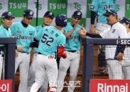 [포토]노진혁 3점홈런에 NC코치진은 미소 가득
