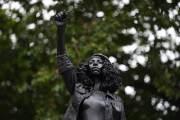 英 '문제적'작가 마크 퀸, 노예 무역상 동상 자리에 흑인여성 동상