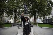노예무역상 동상 자리에 흑인여성 동상 기습 설치