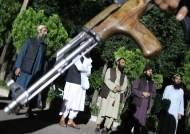 16세 아프간 소녀, 부모 살해한 반군에 총 겨눴다